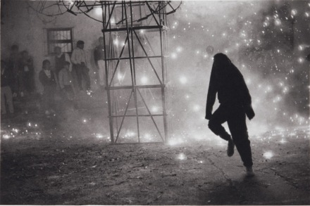 Manuel-Álvarez-Bravo-Castillo-en-el-Barrio-del-Niño-Feux-d'artifice-dans-le-quartier-de-l'Enfant-Jésus-vers-1990-©-Colette-Urbajtel-Archivo-Manuel-Álvarez-image-via-JDP