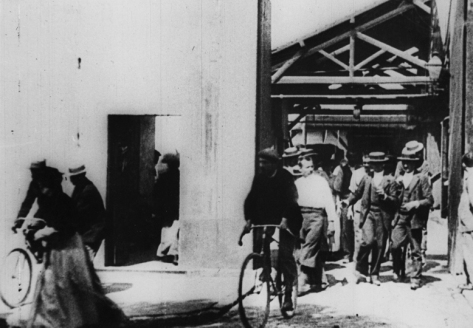 workers-leaving-the-lumic3a8re-factory
